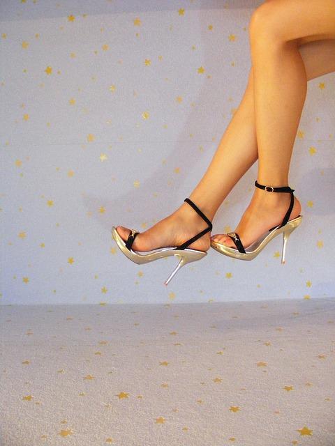 tűsarkú cipő